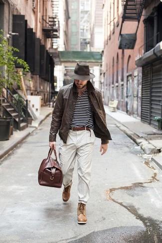Cómo combinar: chaqueta estilo camisa de cuero en marrón oscuro, camiseta henley de rayas horizontales en negro y blanco, pantalón chino en beige, botas casual de cuero marrón claro