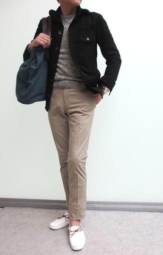 Cómo combinar: chaqueta estilo camisa negra, jersey con cuello circular gris, pantalón chino marrón claro, náuticos de cuero blancos