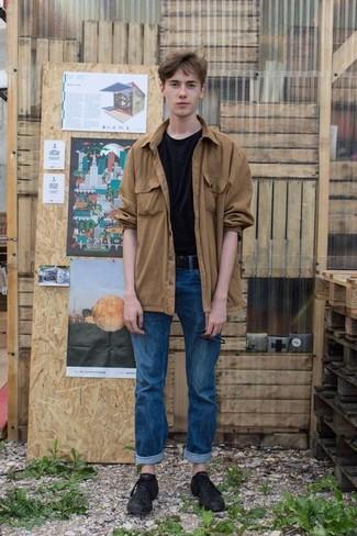 Cómo combinar: chaqueta estilo camisa marrón claro, camiseta con cuello circular negra, vaqueros azules, tenis de cuero negros