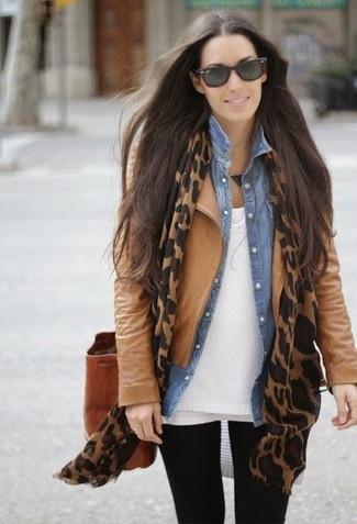 Para crear una apariencia para un almuerzo con amigos en el fin de semana usa una chaqueta de cuero marrón claro y unos leggings negros.