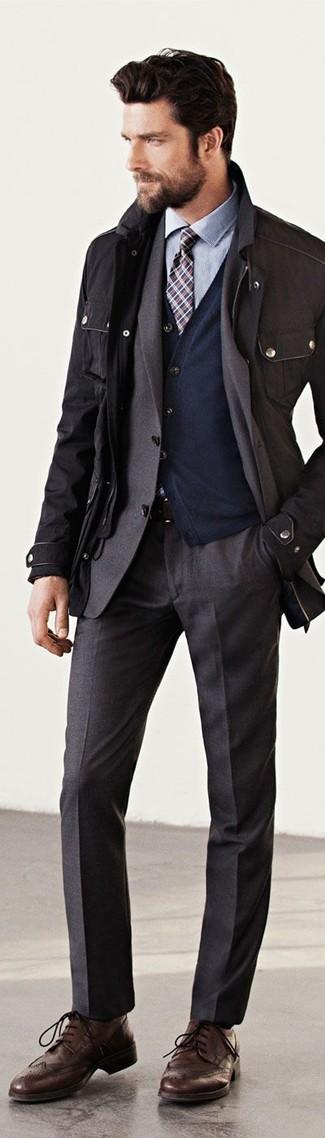 Cómo combinar: chaqueta militar negra, blazer en gris oscuro, cárdigan azul marino, camisa de vestir celeste