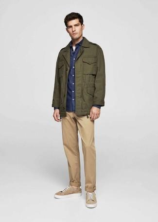 Cómo combinar: chaqueta militar verde oliva, camisa de manga larga de cambray azul marino, camiseta con cuello circular blanca, pantalón chino marrón claro