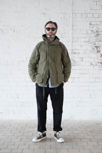 Cómo combinar: chaqueta militar verde oliva, camisa de manga larga celeste, pantalón chino negro, tenis en negro y blanco