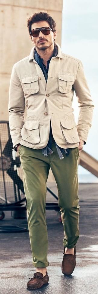 Cómo combinar: chaqueta militar en beige, camisa de manga larga azul marino, pantalón chino verde oliva, mocasín de ante en marrón oscuro