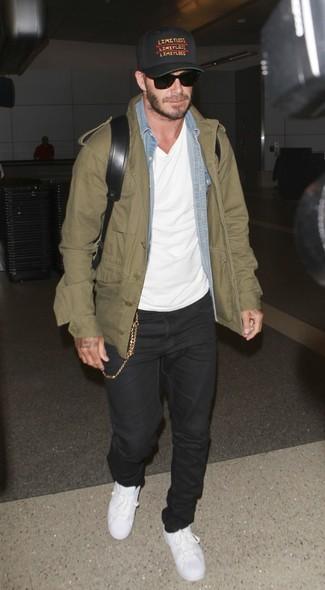 Look de David Beckham: Chaqueta militar verde oliva, Camisa vaquera celeste, Camiseta con cuello circular blanca, Vaqueros negros