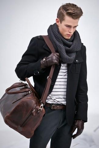 Cómo combinar: chaqueta militar negra, camiseta con cuello circular de rayas horizontales en blanco y negro, pantalón chino en gris oscuro, bolsa de viaje de cuero en marrón oscuro