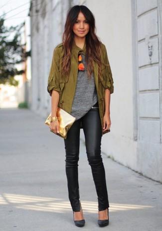 Intenta ponerse una chaqueta militar verde oliva y unos pantalones pitillo de cuero negros para una apariencia fácil de vestir para todos los días. Opta por un par de zapatos de tacón de ante negros para destacar tu lado más sensual.