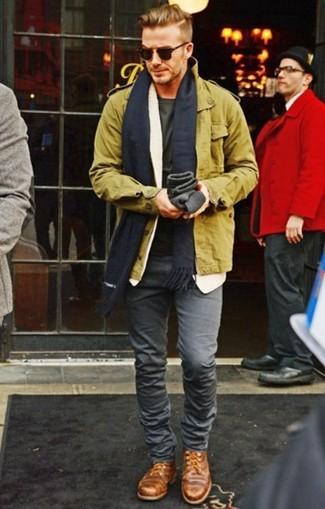 Look de David Beckham: Chaqueta militar verde oliva, Camiseta con cuello circular verde oliva, Vaqueros pitillo grises, Zapatos derby de cuero marrónes