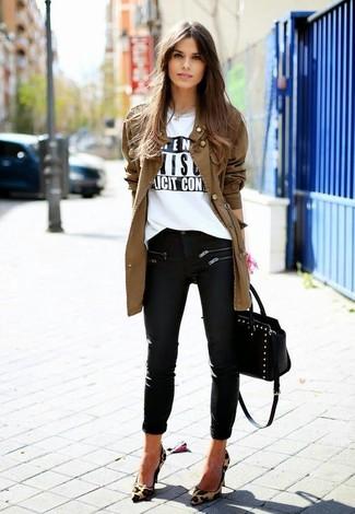 La versatilidad de una chaqueta militar marrón y unos vaqueros pitillo negros los hace prendas en las que vale la pena invertir. ¿Te sientes valiente? Elige un par de zapatos de tacón de ante de leopardo marrón claro.