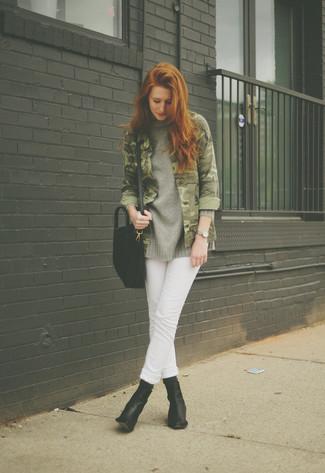 Elige un jersey oversized de punto gris oscuro y unos vaqueros blancos para conseguir una apariencia relajada pero chic. Agrega botines de cuero negros a tu apariencia para un mejor estilo al instante.