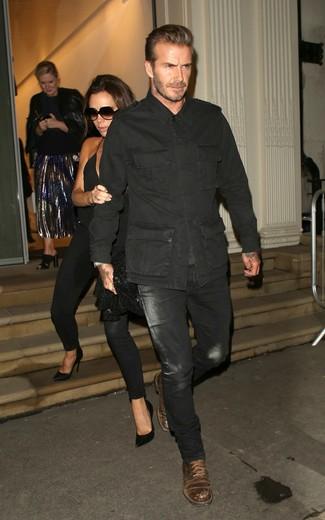 Look de David Beckham: Chaqueta militar negra, Vaqueros negros, Botas casual de cuero en marrón oscuro