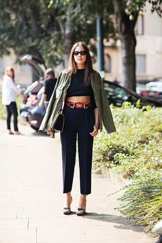 Los días ocupados exigen un atuendo simple aunque elegante, como una chaqueta militar verde oliva y un pantalón de vestir negro. Dale onda a tu ropa con sandalias de tacón de lona verde oscuro.