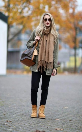 Una chaqueta militar verde oliva y una bufanda marrón claro de mujeres de Moschino son tu atuendo para salir los días de descanso. Botas planas con cordones de nubuck marrón claro son una opción práctica para completar este atuendo.
