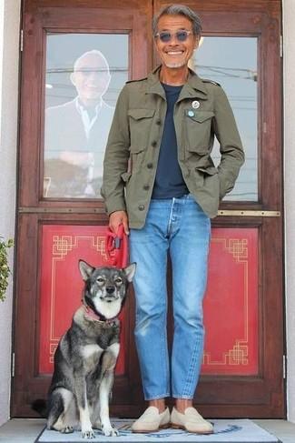 Cómo combinar: chaqueta militar verde oliva, camiseta con cuello circular azul marino, vaqueros celestes, mocasín de ante en beige