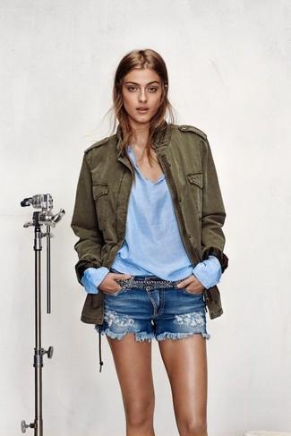 Usa una chaqueta militar verde oliva y unos pantalones cortos vaqueros desgastados azules para un look diario sin parecer demasiado arreglada.