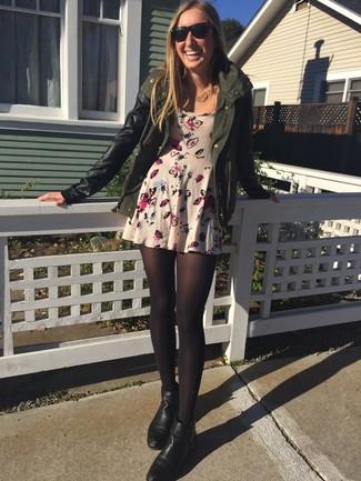 La versatilidad de una chaqueta militar verde oliva y un vestido skater de flores beige los hace prendas en las que vale la pena invertir. Luce este conjunto con botines de cuero negros.
