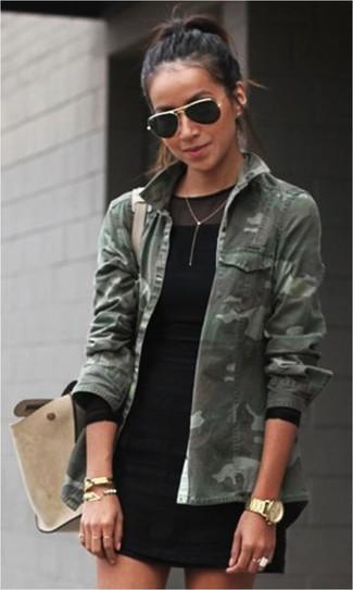 Look de moda: Chaqueta Militar de Camuflaje Verde Oscuro, Vestido Tubo de Malla Negro, Bolso de Hombre de Ante Beige, Gafas de Sol Negras