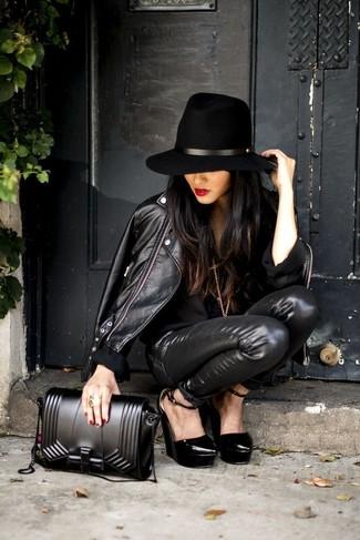 Intenta combinar una chaqueta motera de cuero negra con unos vaqueros pitillo de cuero negros para un look diario sin parecer demasiado arreglada. Este atuendo se complementa perfectamente con zapatos con cuña de cuero negros.