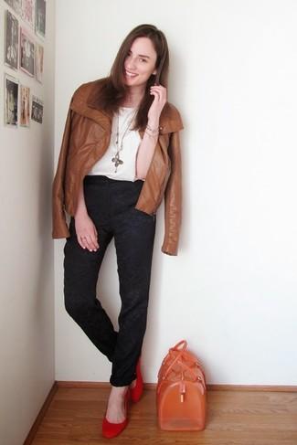 Si eres el tipo de chica de jeans y camiseta, te va a gustar la combinación de una chaqueta motera de cuero marrón y un colgante dorado. Completa el look con bailarinas de ante rojas.