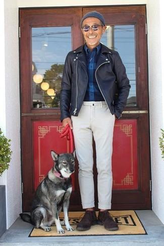 Cómo combinar: chaqueta motera de cuero negra, camisa de manga larga de franela a cuadros azul marino, pantalón chino blanco, botas safari de ante en marrón oscuro