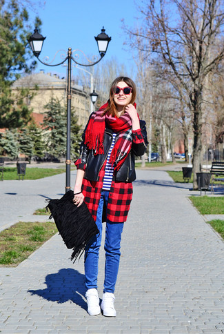 Cómo combinar: chaqueta motera de cuero negra, camisa de vestir a cuadros en rojo y negro, camiseta con cuello circular de rayas horizontales en blanco y azul marino, vaqueros pitillo azules