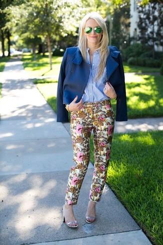 Cómo combinar: chaqueta motera de cuero azul, camisa de vestir de rayas verticales en blanco y azul, pantalones pitillo con print de flores en beige, sandalias de tacón de cuero plateadas