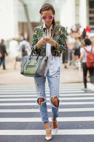 Una chaqueta motera con print de flores verde y unos vaqueros boyfriend desgastados celestes son una opción atractiva para el fin de semana. Zapatos de tacón de cuero grises son una forma sencilla de mejorar tu look.