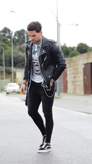 Cómo combinar: chaqueta motera de cuero negra, camisa vaquera celeste, camiseta con cuello circular estampada en blanco y negro, vaqueros pitillo negros