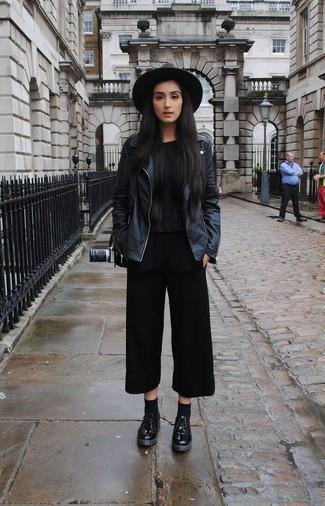 Este combinación de una chaqueta motera de cuero negra y una falda pantalón negra te da una onda muy informal y accesible. Si no quieres vestir totalmente formal, elige un par de zapatos derby de cuero negros de Church's.