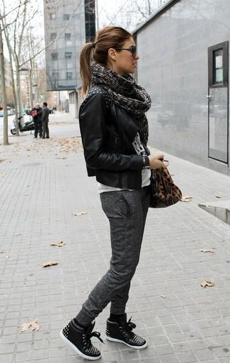Una chaqueta motera de cuero con tachuelas negra y un pantalón de chándal gris oscuro son una gran fórmula de vestimenta para tener en tu clóset. Zapatillas altas de cuero negras son una opción buena para complementar tu atuendo.