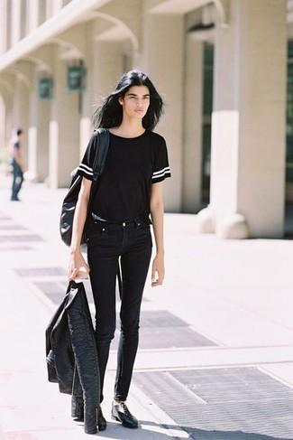 Cómo combinar: chaqueta motera de cuero negra, camiseta con cuello circular negra, vaqueros pitillo negros, zapatos oxford de cuero negros