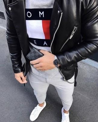 Cómo combinar: chaqueta motera de cuero negra, camiseta con cuello circular estampada gris, vaqueros pitillo grises, tenis de cuero blancos