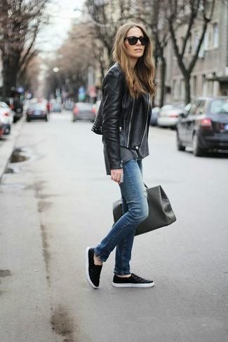 Ponte una chaqueta motera de cuero negra y unos vaqueros pitillo desgastados azules para conseguir una apariencia relajada pero chic. Zapatillas slip-on de cuero negras añadirán interés a un estilo clásico.