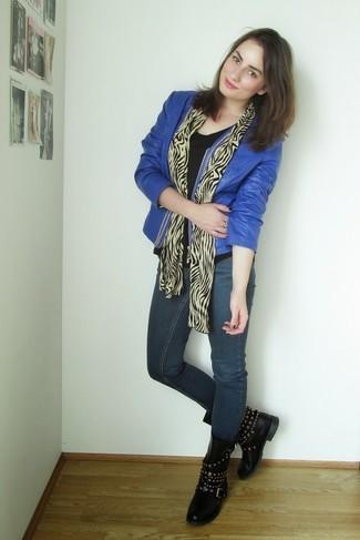 Cómo combinar: chaqueta motera de cuero azul, camiseta con cuello circular negra, vaqueros pitillo azul marino, botas planas con cordones de cuero con tachuelas negras