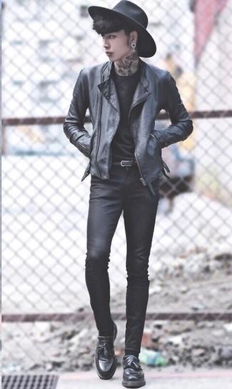 Cómo combinar: chaqueta motera de cuero negra, camiseta con cuello circular negra, vaqueros pitillo negros, mocasín con borlas de cuero negro