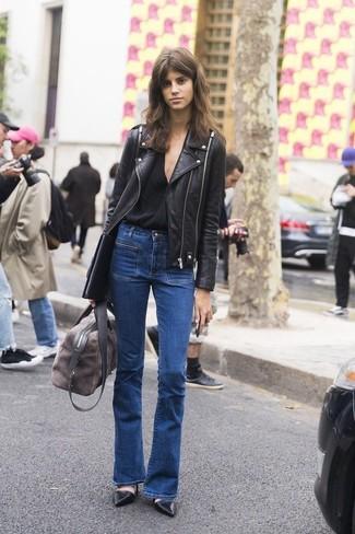 Cómo combinar: chaqueta motera de cuero negra, camiseta con cuello en v negra, vaqueros de campana azules, zapatos de tacón de cuero negros