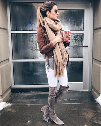 Una chaqueta motera de ante marrón y una bufanda marrón claro de Moschino son una opción excelente para el fin de semana. Botas sobre la rodilla de ante grises levantan al instante cualquier look simple.