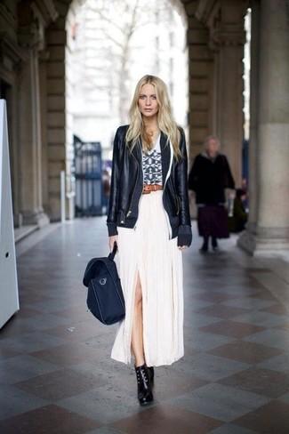 Cómo combinar: chaqueta motera de cuero negra, camiseta sin manga con estampado geométrico en blanco y negro, falda larga plisada blanca, botines con cordones de cuero negros