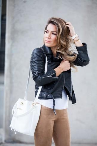 Cómo combinar: chaqueta motera de cuero negra, camiseta sin manga blanca, leggings de ante marrón claro, mochila con cordón de cuero blanca