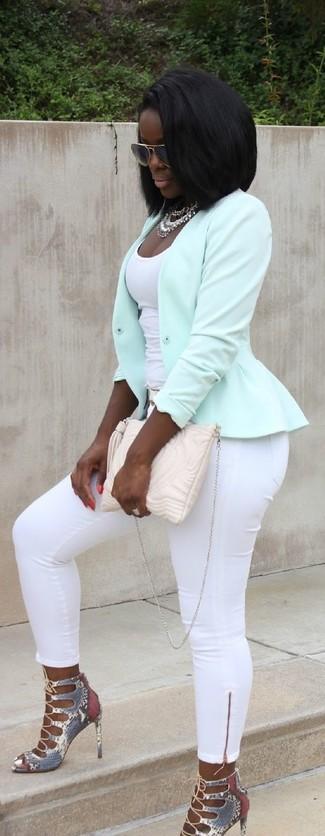 Cómo combinar: chaqueta motera en verde menta, camiseta sin manga blanca, pantalones pitillo blancos, sandalias de tacón de cuero con print de serpiente grises