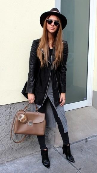 La versatilidad de una chaqueta motera de cuero negra y unos vaqueros pitillo negros los hace prendas en las que vale la pena invertir. Botines de cuero negros añaden la elegancia necesaria ya que, de otra forma, es un look simple.