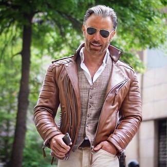Cómo combinar: chaqueta motera de cuero marrón, chaleco de vestir de tartán marrón, camisa de vestir blanca, vaqueros en beige