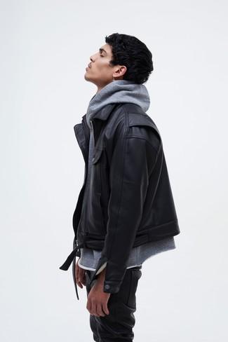 Cómo combinar: chaqueta motera de cuero negra, sudadera con capucha gris, vaqueros de cuero negros