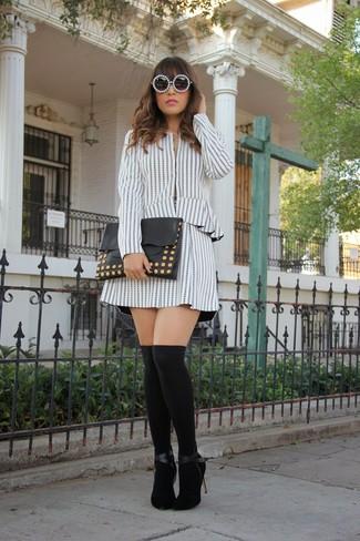 Cómo combinar: chaqueta motera de rayas verticales en blanco y negro, falda skater de rayas verticales en blanco y negro, zapatos de tacón de ante negros, calcetines hasta la rodilla negros