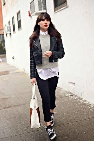 Emparejar una chaqueta motera de cuero negra y unos vaqueros pitillo negros es una opción cómoda para hacer diligencias en la ciudad. Para darle un toque relax a tu outfit utiliza tenis de lona negros.