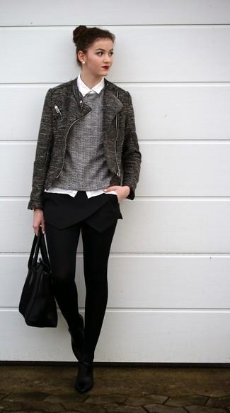 Los días ocupados exigen un atuendo simple aunque elegante, como una chaqueta motera gris oscuro y una minifalda negra. Botines de cuero negros levantan al instante cualquier look simple.