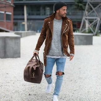 Cómo combinar: chaqueta motera de ante marrón, jersey con cuello circular gris, camiseta con cuello circular gris, vaqueros pitillo desgastados celestes
