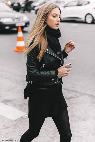Cómo combinar: chaqueta motera de cuero negra, jersey con cuello circular negro, minifalda de lana negra, bufanda negra