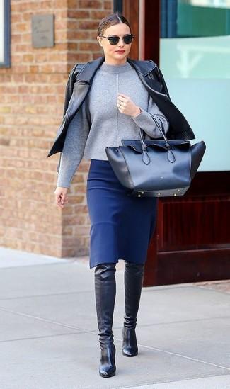 Look de Miranda Kerr: Chaqueta Motera de Cuero Negra, Jersey de Cuello Alto Gris, Falda Lápiz Azul, Botas sobre la Rodilla de Cuero Negras