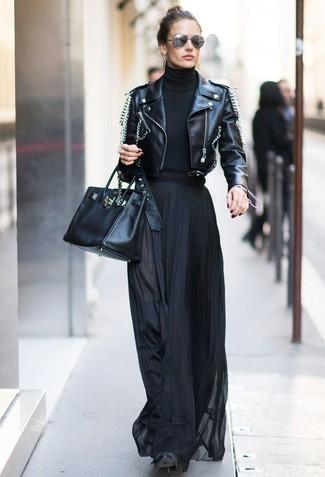 Cómo combinar: chaqueta motera de cuero con adornos negra, jersey de cuello alto negro, falda larga plisada negra, botas sobre la rodilla de ante negras